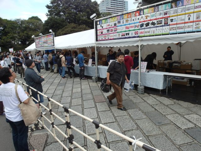 Many guys buying stuff at Hotchpotch Festival Tokyo