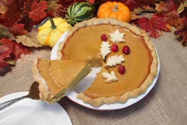 Moms Pumpkin Pie cutting | 2 Cookin Mamas