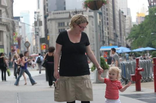 Linda och Vilja spatserar i New York