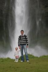 Vilja och Magnus framför ett av Islands många vattenfall