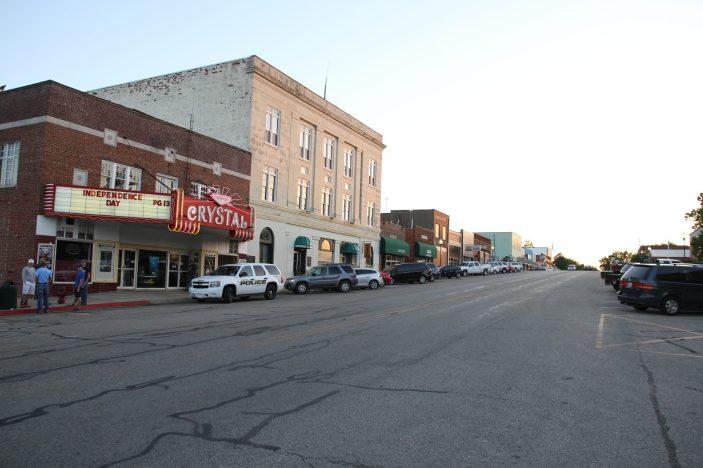 Main street i Okemah med biografen Crystal Theatre