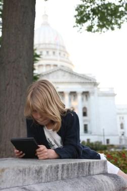 Vilja fast i sin bok framför Wisconsin State Capitol i Madison