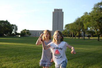Parken framför State Capitol i Bismarck
