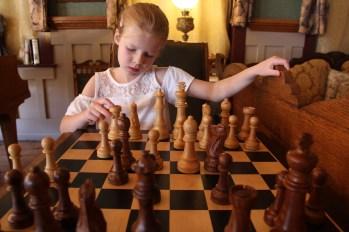 Signe och jag spelar schack i lobbyn till historiska Occidental Hotel i Buffalo