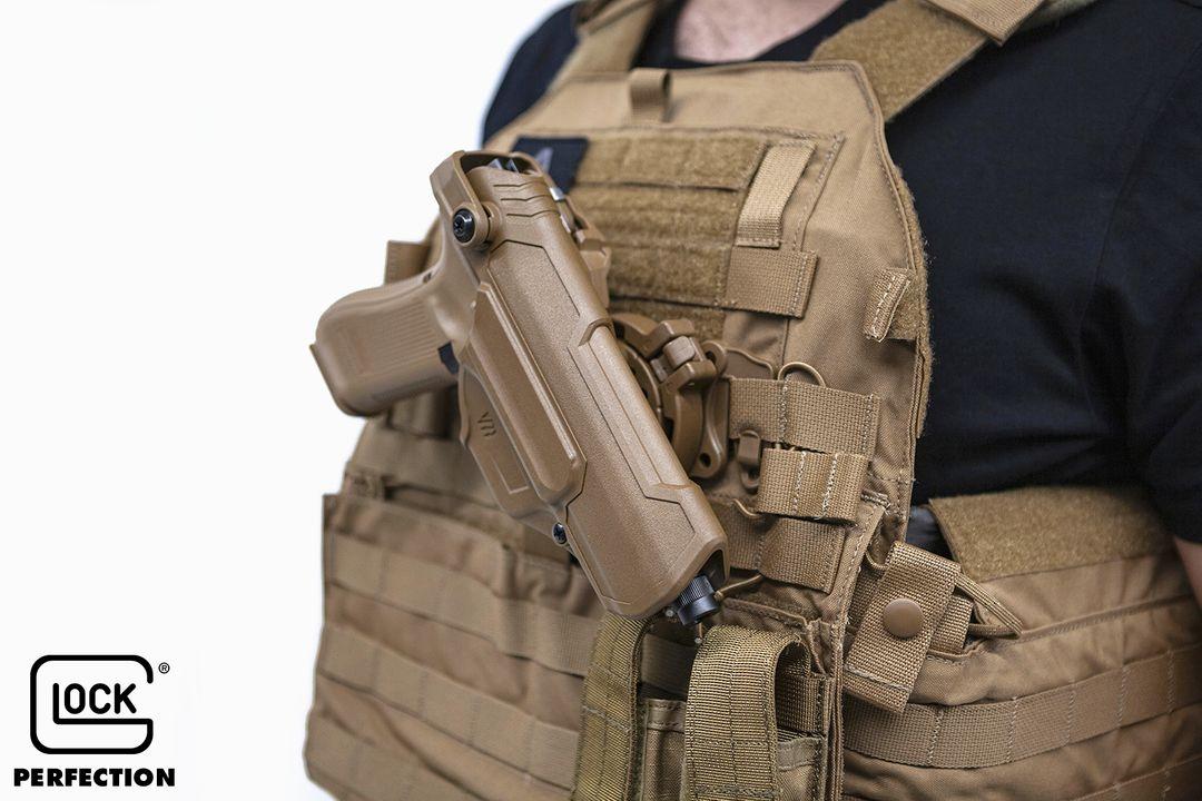 PSA Glock 17 Gen 5 FR dans son étui de dotation Blackhawk T-Series L3D version sans lampe, monté via l'un des accessoires fournis sur porte-plaques, le porte-plaques n'est pas la SMB de dotation mais un gilet type LBT 6094 (source image Starik forum Glock).