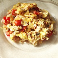 scrambled eggs w/ tomatoes, mushrooms, onions & turkey