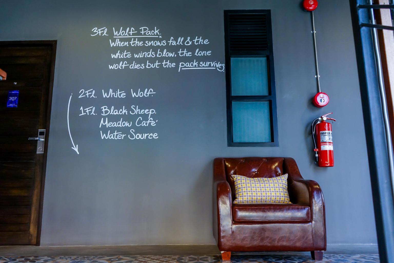 樓層間的灰藍色的牆面質感很好,放了一個復古沙發,配上剛剛好的鮮紅滅火器,畫面很好看!
