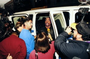 "November 18, 1993 - Tupac Arrested ""JACOBSON MITCH PHOTOGRAPHE"" ""SHAKUR TUPAC A PROPOS"" ""MORT A PROPOS"" ASSASSINAT MUSIQUE RAP AUTOMOBILE INTERIEUR ""SE PARLANT ATTITUDE"" ""CAMERAMAN FONCTION"" ""JOURNALISTE FONCTION"" ""PHOTOGRAPHE FONCTION"" ""IMAGE NUMERISEE"" INTERVIEW"