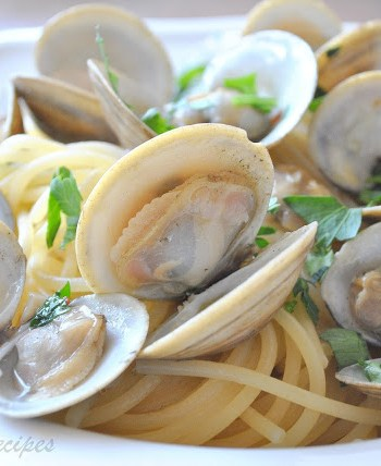 Little Neck Clams in Wine and Garlic Broth, by 2sistersrecipes.com