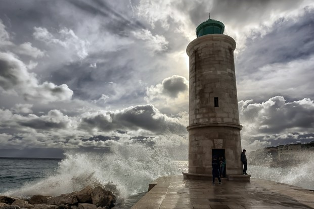 lighthouse-waves_WenPhotos