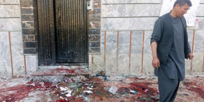 Un homme examine les lieux de l'attentat-suicide dans un centre électoral de Kaboul, le 22 avril.