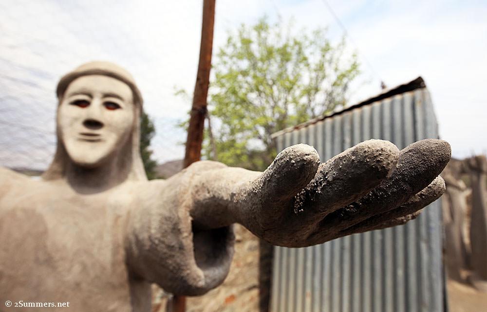 Strange-statues2