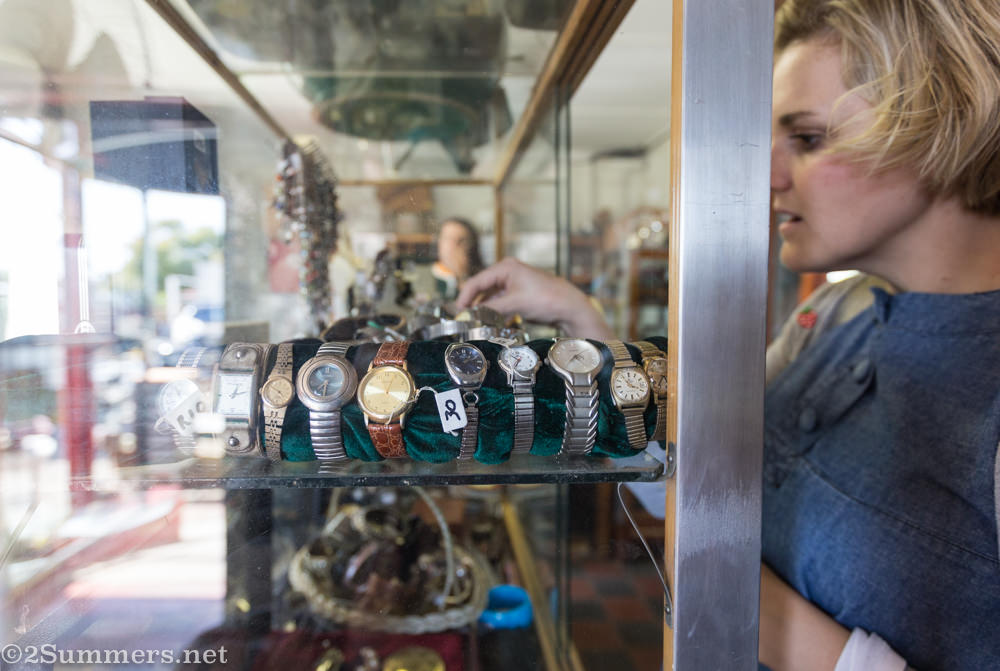 Kate browses watches at Sinkhuisie