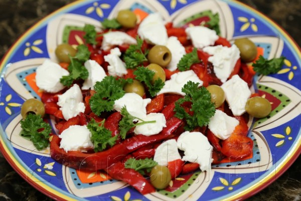 Салат из жареного перца с оливками и брынзой