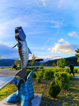 Taylor Family with Salmon Sculpture at Waterfront Park Hood River 2