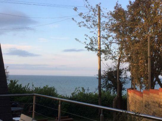 zeezicht vanaf een terras aan de kust van Kent
