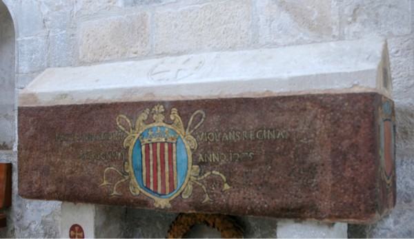 «Tomba Violant d'Hongria» de I, Lohen11. Disponible bajo la licencia CC BY-SA 2.5 vía Wikimedia Commons - https://commons.wikimedia.org/wiki/File:Tomba_Violant_d%27Hongria.JPG#/media/File:Tomba_Violant_d%27Hongria.JPG