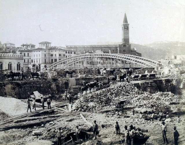 Veduta del ponte Umberto I durante i lavori di allargamento dell'alveo del fiume. La struttura del ponte venne mantenuta fino all'ultimo per consentire il passaggio dall'Isolo al centro cittadino, 1892-95, G. Bertucci-2-2-2