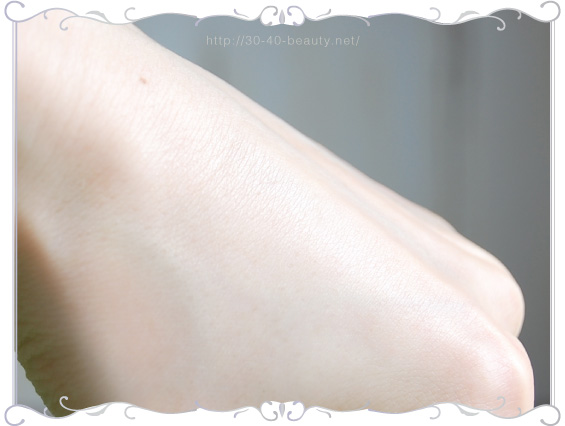 HAKUメラノクールホワイトソリッドを肌に塗ったところ