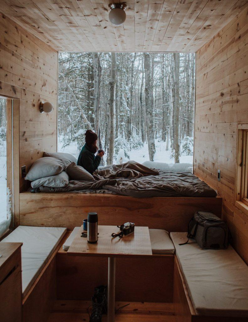 femme dans lit journal de gratitude
