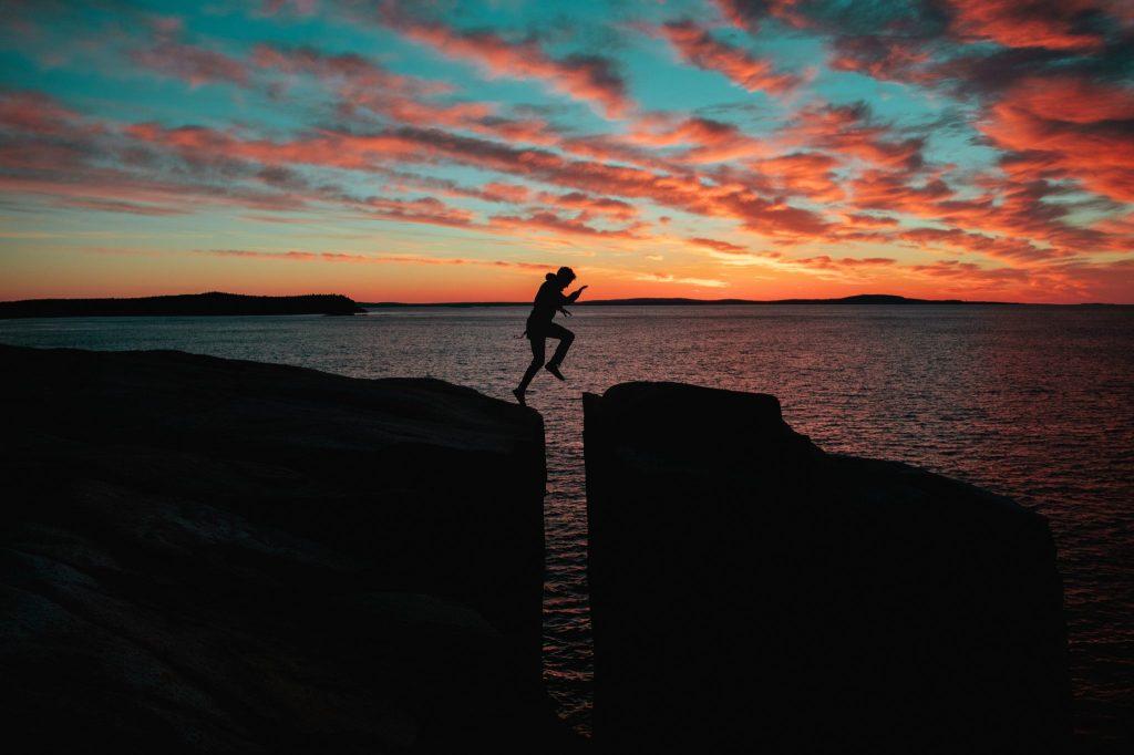 homme saut falaise affirmations positives