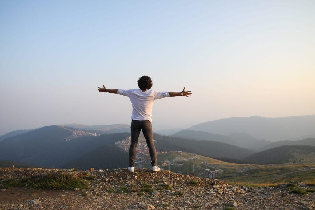 homme face à la nature affirmations positives défi
