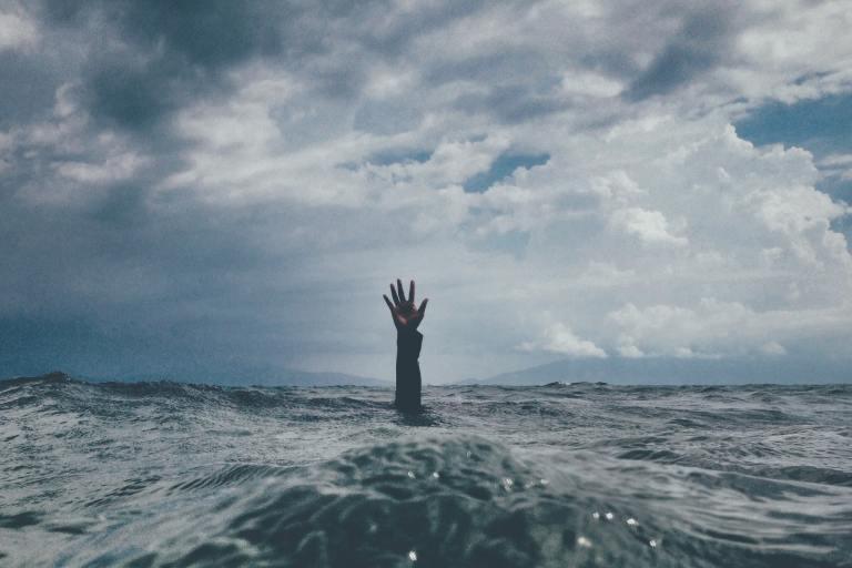 Homme sous l'eau qui n'arrive pas à gérer son stress