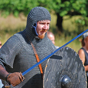 Håkan Norhjelm showing viking age fighting techniques.