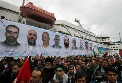 palestina:  A banner depicting the faces of the nine men killed, displayed on the Mavi Marmara ship, the lead boat of a flotilla headed to the Gaza Strip which was stormed by Israeli naval commandos in a predawn confrontation in the Mediterranean May 31, 2010, on its returns, in Istanbul, Turkey, Sunday, Dec. 26, 2010. Thousands of pro-Palestinian activists on Sunday welcomed back to Istanbul the ship that was the scene of bloodshed during an Israeli raid on a Gaza-bound aid flotilla in May. Activists meanwhile, promised to send more ships in an effort to break the Gaza blockade. [AP]