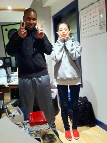 110119 Claude Kelly's Twitter  Me & Sohee of Wondergirls. Peace sign and Red shoes! Cool chick!