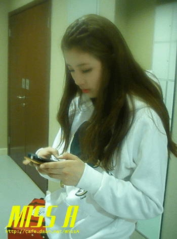 110117 [Official] miss A  애니콜 쇼케이스 : 대기실에서 민과 수지양 뭐할까요? Anycall Showcase : What do Min and Suzy do in the waiting room?