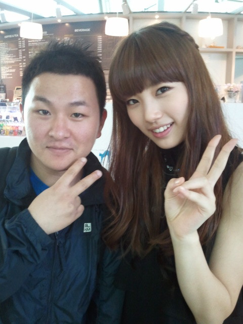 110209 Suzy's Twitter  허각님과!! mama촬영중에^ㅁ^v With Huh Gak-nim!! when we were filming for mama^ㅁ^v