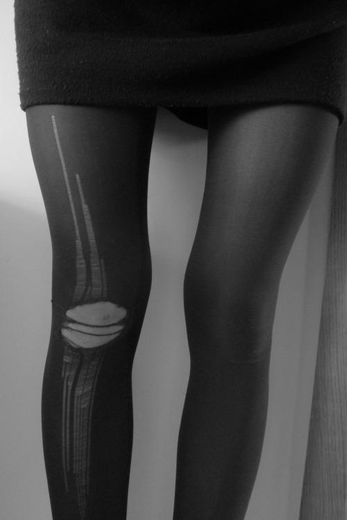 jaimeladrogue:  my legs look FUCKINGweirdbut look i rippoed my tights 😥