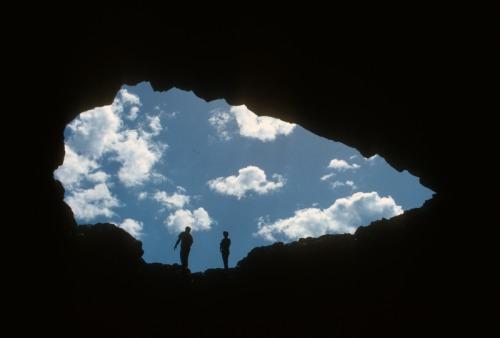 """Cráteres de la Luna Monumento Nacional y Reserva de Idaho es un vasto océano de flujos de lava con islas dispersas de conos de ceniza y artemisa.  Le invitamos a explorar este """"paisaje extraño y pintoresco"""" donde los eventos volcánicos de ayer es probable que continúen tomorrow.Photo: Servicio de Parques Nacionales"""