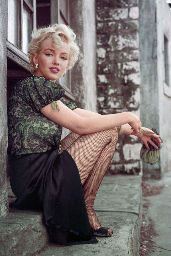 marilyn-the-hooker-sitting-la-1956-milton-h-greene-archive-images