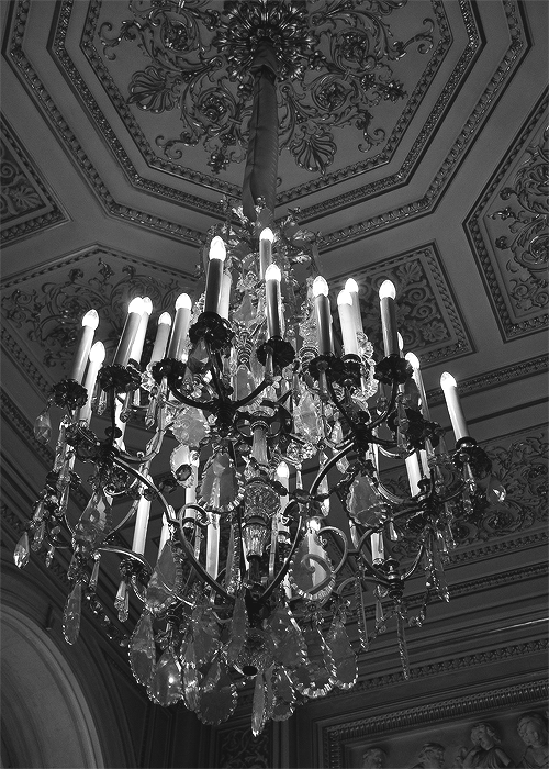 Luminaire<br /> THE CRYSTAL CHANDELIER<br /> HANGS OVER THE DARK ROOM.<br /> A ROOM THAT WAS ONCE ALIVE<br /> WITH MUSIC AND DANCING.<br /> NOW IT'S A DARK ROOM<br /> FULL OF OLD SHADOWS AND<br /> SOME NEW, UNUSUAL SHADOWS.<br /> COME VISIT END HOUSE AT OASIS,<br /> A HOUSE FULL OF MEMORIES OF<br /> ITS VIBRANT PAST.<br /> THE DEAD GAME HAS BEGUN.