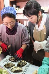 坂下お母さんの牡蛎むき指南