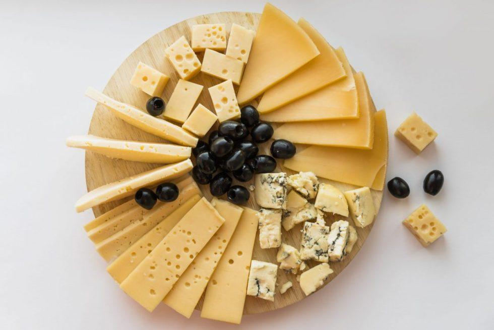 Aperitivos de boda imprescindibles para el cóctel - Mesa de quesos