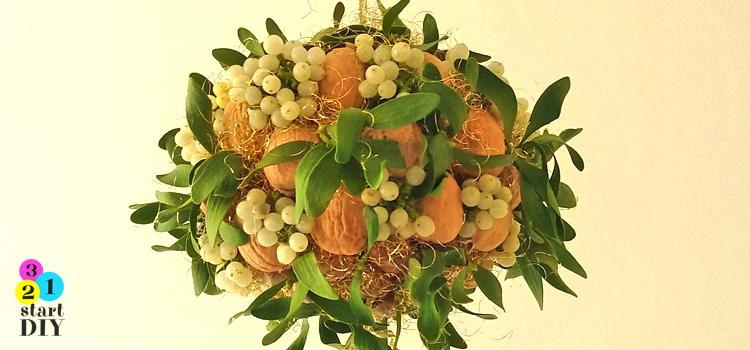 bożonarodzeniowa dekoracja z orzechów włoskich i jemioły