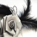 Opaska z piórami i różą – sylwestrowa ozdoba do włosów