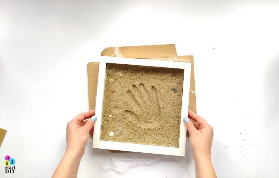 odcisk dłoni w piasku - pamiątka znad morza w ramce 3d