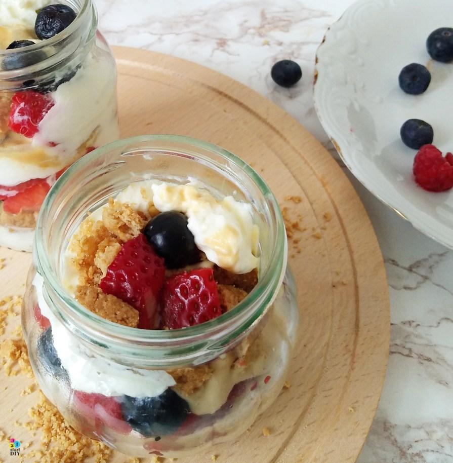 desery w słoikach; owoce ze śmietaną