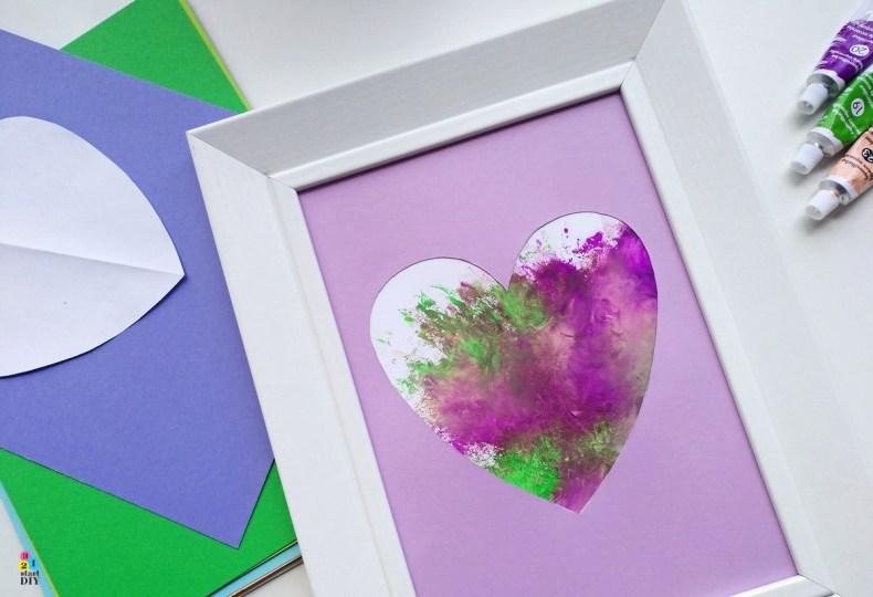 Tak wyglądaTak wygląda efekt końcowy.  Mały artysta, obrazek serce, malowanie farbami efekt końcowy.  Mały artysta, obrazek serce, malowanie farbami
