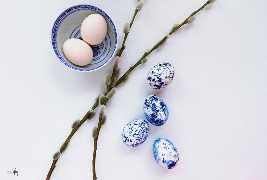 Marmurkowe pisanki DIY, malowanie jajek lakierem