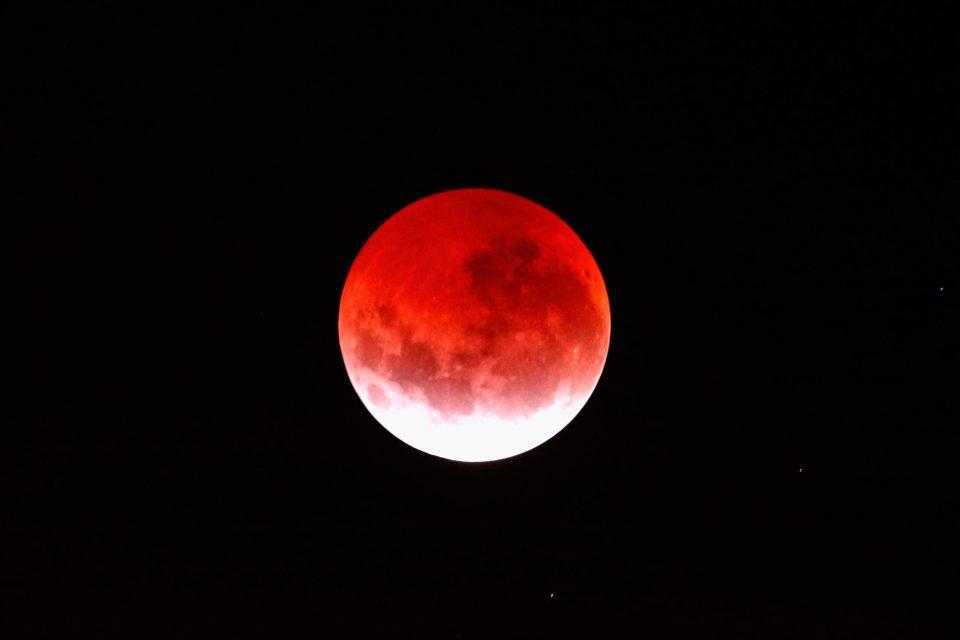 Para romancear: Por acá te contamos cómo y cuándo ver el 'beso' de La Luna y Marte