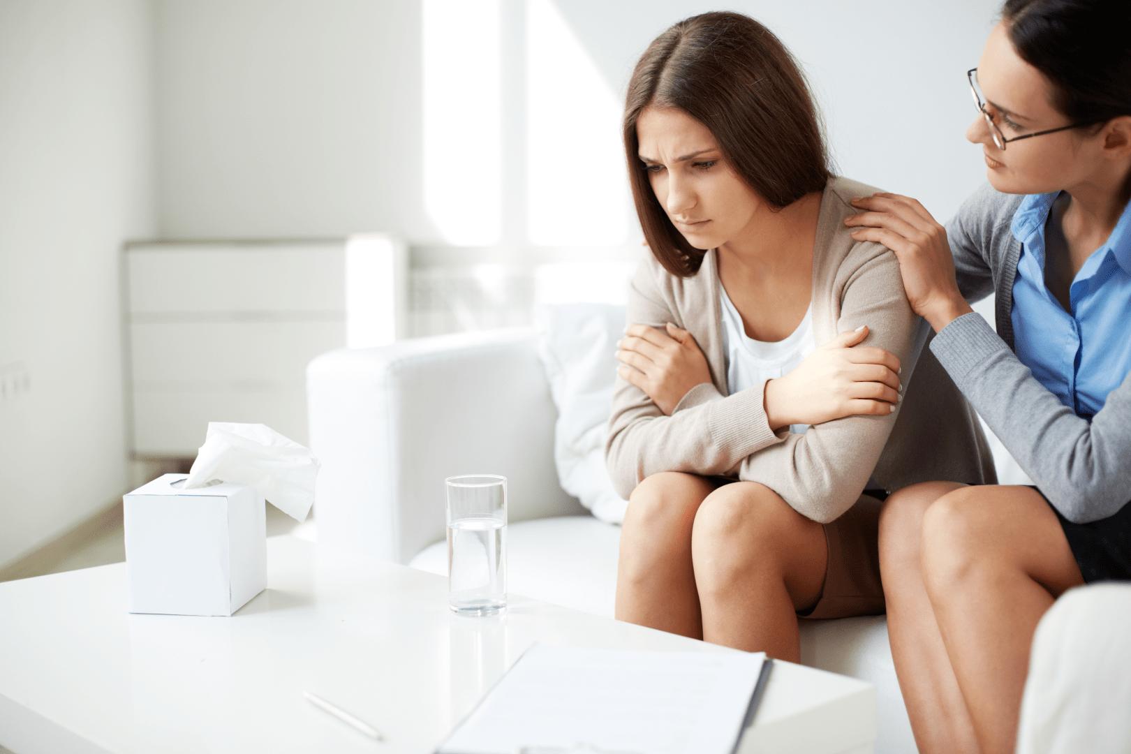 depressao pos parto mulher sendo atendida por uma medica psicologa