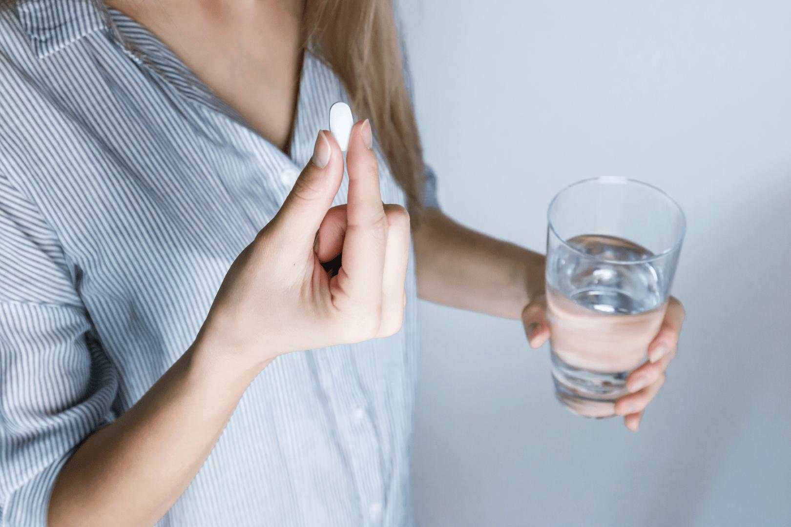 herpes genital mulher tomando medicamento em comprimido