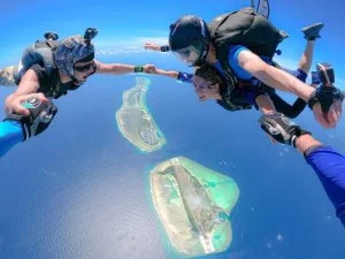 Tandem travel skydive, flying