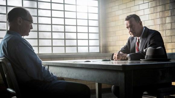 Tom Hanks interpreta a James Donovan, un abogado al que le han encargado defender a un espía de la Unión Soviética en plena Guerra Fría.