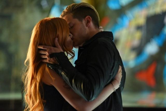 La historia de Clary y Jace es uno de los pilares de la serie. Un pilar demasiado grande.